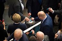 DEU, Deutschland, Germany, Berlin, 13.12.2017: Abgeordnete bei einer namentlichen Abstimmung mit Stimmkarten an der Wahlurne bei einer Plenarsitzung im Deutschen Bundestag.
