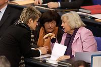 19 DEC 2003, BERLIN/GERMANY:<br /> Renate Kuenast, B90/Gruene, Bundesverbraucherschutzministerin, Ulla Schmidt (M), SPD, Bundesgesundheitsministerin, und Renate Schmidt (R), SPD, Bundesfamilienministerin, im Gespraech, waehrend der Sondersitzung des Bundestages zur Abstimmung ueber das Reformpaket zu Steuern und Arbeitsmarkt, Plenum, Deutscher Bundestag<br /> IMAGE: 20031219-01-014<br /> KEYWORDS: Renate Künast, Gespräch