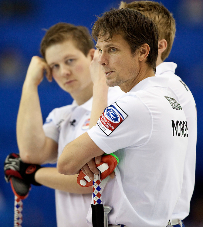 Norway skip Thomas Ulsrud, right, and his teammates take a break between ends during their semi-final against Scotland at the Ford World Men's Curling Championships in Regina, Saskatchewan, April 9, 2011.<br /> AFP PHOTO/Geoff Robins