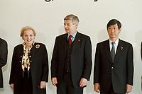 06.05.1999, Deutschland/Bonn:<br /> Madeleine Albright, Außenministerin USA, Joschka Fischer, Bundesaußenminister, und  Masahiko Komura Außenminister Japan, während des Familienfotos, G8 Außenministertreffen, Petersberg, Königswinter<br /> IMAGE: 19990506-01/01-17
