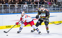 09.04.2019, Eisarena, Salzburg, AUT, EBEL, EC Red Bull Salzburg vs Vienna Capitals, Halbfinale, 6. Spiel, im Bild v.l.: Bobby Raymond (EC Red Bull Salzburg), Mario Fischer (Vienna Capitals) // during the Erste Bank Icehockey 6th semifinal match between EC Red Bull Salzburg vs Vienna Capitals at the Eisarena in Salzburg, Austria on 2019/04/09. EXPA Pictures © 2019, PhotoCredit: EXPA/ JFK