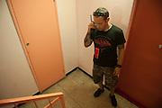 Policier du BAC pendant la poursuite d'un dealer au cours d'une descente de la police dans le quartier pauvre Font Vert (Marseille)..Font Vert est une des cités les plus pauvres dans la ville, utilisée comme une base pour le trafic de drogue à grande échelle. Dans les quartiers du Nord le  trafic de drogue est florissante, conduisant à des reglements de compte par des groupes de dealers concurrents.