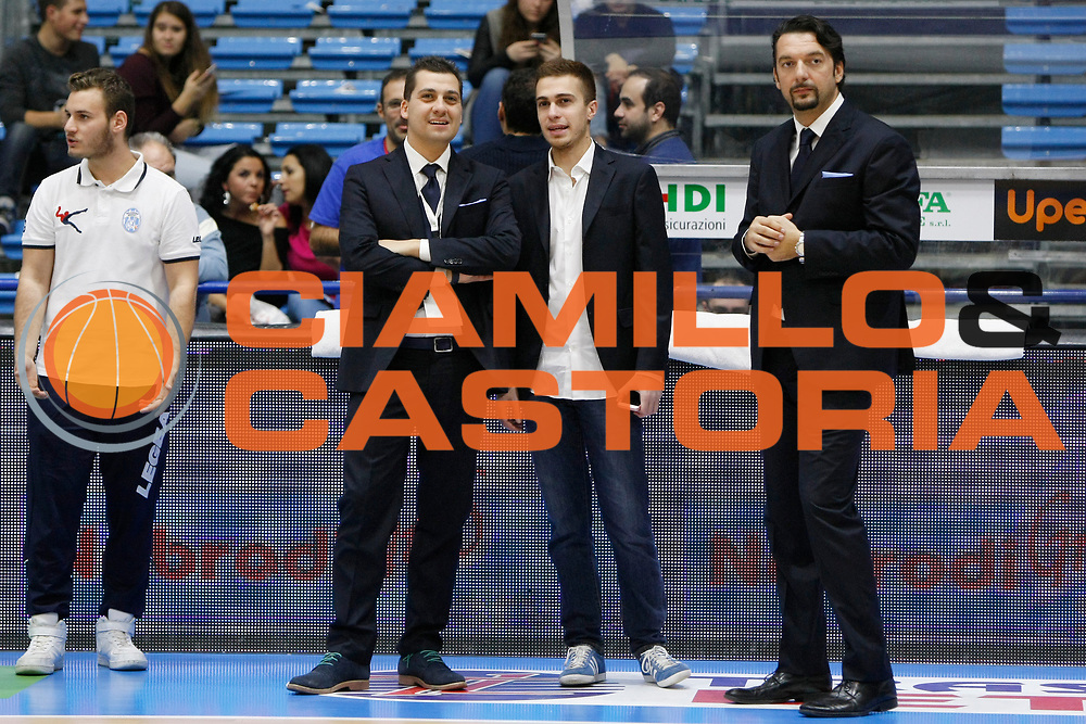 DESCRIZIONE : Capo dOrlando Lega A BEKO 2015-16 Betaland Orlandina Basket Banco di Sardegna Sassari  <br /> GIOCATORE :  Mauro Saya Giuseppe Sindoni Davide Sussi<br /> CATEGORIA :  VIP Assistant Coach<br /> SQUADRA : Betaland Upea Capo dOrlando <br /> EVENTO : Campionato Lega A BEKO 2015-2016 <br /> GARA : Betaland Orlandina Basket Banco di Sardegna Sassari<br /> DATA : 30/11/2015<br /> SPORT : Pallacanestro <br /> AUTORE : Agenzia Ciamillo-Castoria/G. Pappalardo <br /> Galleria : Lega Basket A BEKO 2015-2016 <br /> Fotonotizia : Capo dOrlando Lega A BEKO 2015-16 Betaland Orlandina Basket Banco di Sardegna Sassari