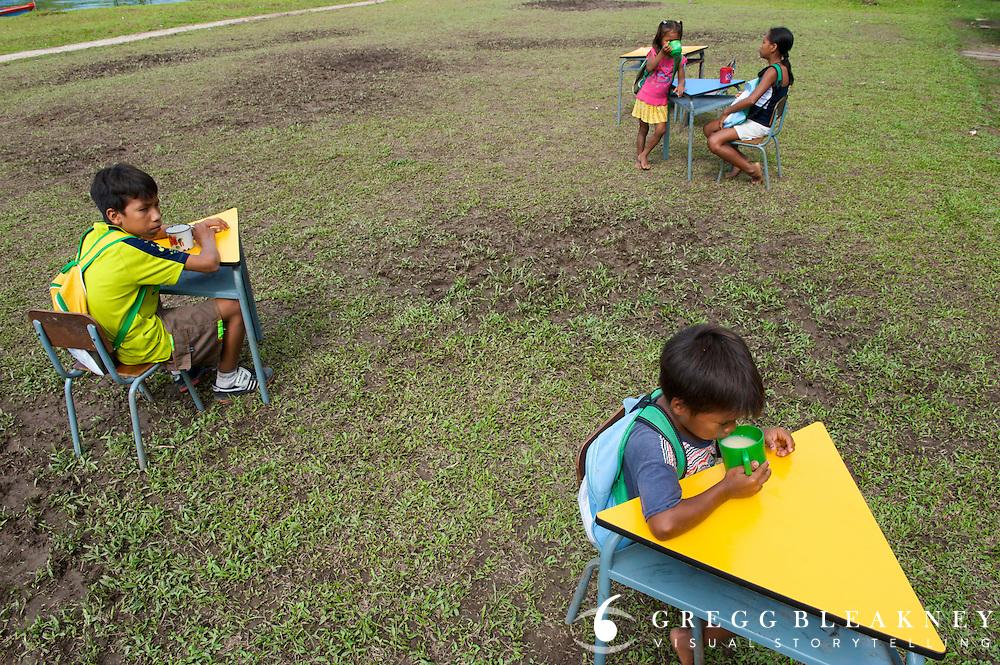 Indigenous children take their school lunch break - Communidad Siete de Augosto - Amazonas - Colombia