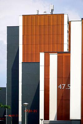 Nederland, Nijmegen, 23-5-2018Flats, maisonnettes uit de jaren 70, enkele jaren geleden gerenoveerd door woningbouwvereniging Talis .Het werk werd uitgevoerd terwijl de bewoners in hun huis blijven wonen.  De beplating aan de buitenkant, gevelbeplating, is vervangen, dubbel glas en extra isolatie is aangebracht . Ook aanwezig asbest is gesaneerd . De wijk Weezenhof ligt in het stadsdeel Dukenburg, wat een typische stadsuitbreiding was eind jaren 60, begin jaren 70. Hoogbouw gecombineerd met laagbouw.Foto: Flip Franssen