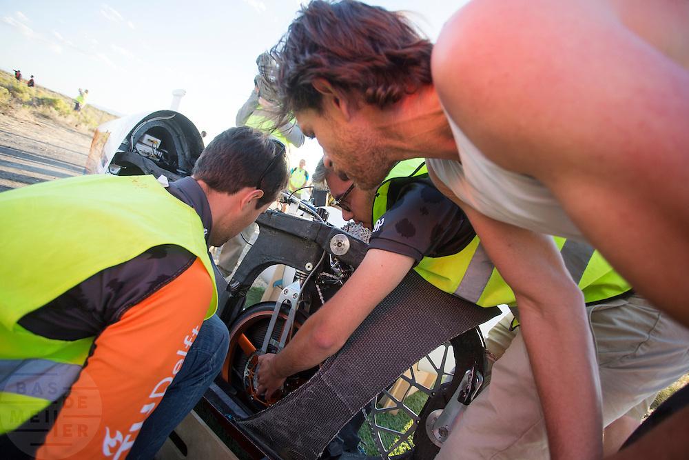 Jan Bos bekijkt met de technici een probleem tijdens de derde dag van de races. Het Human Power Team Delft en Amsterdam (HPT), dat bestaat uit studenten van de TU Delft en de VU Amsterdam, is in Amerika om te proberen het record snelfietsen te verbreken. In Battle Mountain (Nevada) wordt ieder jaar de World Human Powered Speed Challenge gehouden. Tijdens deze wedstrijd wordt geprobeerd zo hard mogelijk te fietsen op pure menskracht. Het huidige record staat sinds 2015 op naam van de Canadees Todd Reichert die 139,45 km/h reed. De deelnemers bestaan zowel uit teams van universiteiten als uit hobbyisten. Met de gestroomlijnde fietsen willen ze laten zien wat mogelijk is met menskracht. De speciale ligfietsen kunnen gezien worden als de Formule 1 van het fietsen. De kennis die wordt opgedaan wordt ook gebruikt om duurzaam vervoer verder te ontwikkelen.<br /> <br /> The Human Power Team Delft and Amsterdam, a team by students of the TU Delft and the VU Amsterdam, is in America to set a new world record speed cycling.In Battle Mountain (Nevada) each year the World Human Powered Speed Challenge is held. During this race they try to ride on pure manpower as hard as possible. Since 2015 the Canadian Todd Reichert is record holder with a speed of 136,45 km/h. The participants consist of both teams from universities and from hobbyists. With the sleek bikes they want to show what is possible with human power. The special recumbent bicycles can be seen as the Formula 1 of the bicycle. The knowledge gained is also used to develop sustainable transport.