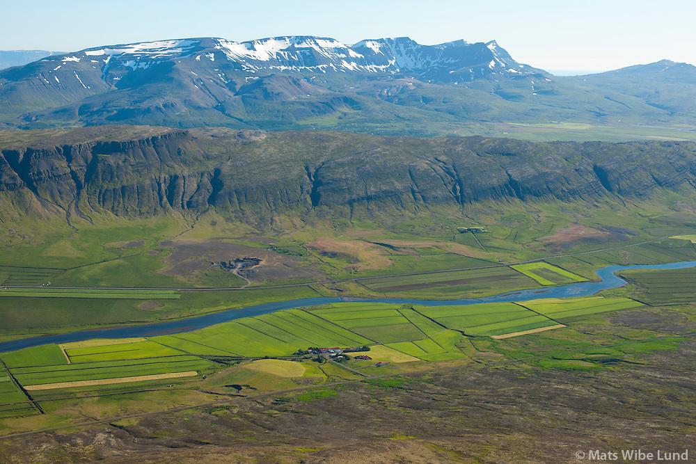 Skálpastaðir séð til suðurs, Borgarbyggð áður Lundarreykjardalshreppur. Skarðsheiði í baksýni.  /  Skalpastadir viewing south, Borgarbyggd former Lundarreykjadalshreppur. Skardsheidi mountainrange in background.