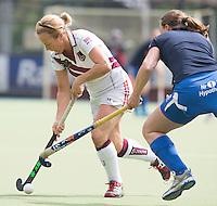 UTRECHT -  Ingrid Wolff (l) met Els Brouwer  tijdens de finale Veteranen hoofdklasse A dames tussen Kampong en Amsterdam. Kampong wint na shoot out. COPYRIGHT KOEN SUYK