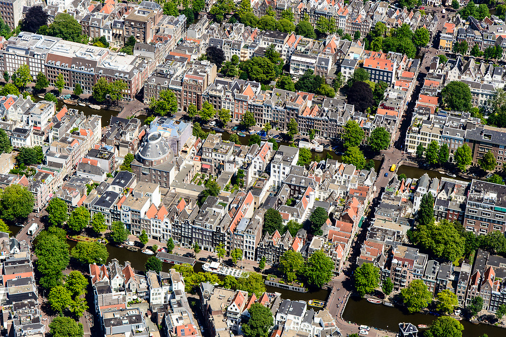 Nederland, Noord-Holland, Amsterdam, 29-06-2018; Binnenstad met Negen Straatjes, ander andere Runstraat - Huidenstraat, Berenstraat - Wolvenstraat. Felix Meritis, met koepel, Keizersgracht.<br /> City centre, canals.<br /> luchtfoto (toeslag op standard tarieven);<br /> aerial photo (additional fee required);<br /> copyright foto/photo Siebe Swart
