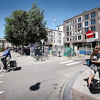 Nederland, Amsterdam , 3 augustus 2012..Op het Haarlemmerplein wordt stevig gebouwd. Er is een heel nieuw appartementencompex en parkeergarage gebouwd. Verder zijn er nog andere bouwprojecten in het verschiet. buurtbewoners hebben gemengde gevoelens..Foto:Jean-Pierre Jans