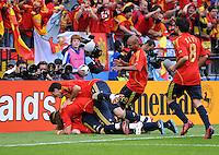 FUSSBALL EUROPAMEISTERSCHAFT 2008  Schweden - Spanien    14.06.2008 Jubel (ESP) zum 1:0 durch Fernando TORRES (verdeckt) mit (v.l.) Sergio RAMOS, Joan CAPDEVILA, Marcos SENNA und Xavi HERNANDEZ.