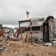 """Shejaya, quartiere a nord della striscia di Gaza. Una delle zone piu colpite dall'attacco israeliano """"Margine protettivo"""". Il quartiere è stato raso al suolo. La popolazione, a distanza di sei mesi dalla fine della guerra, vive tra le macerie della propria casa, al freddo, senza luce, gas e acqua. Nella foto un uomo che vive in una baracca difronte alla sua casa completamente rasa al suolo. Non la vuole abbandonare, dice piangendo. Sta li tutti i giorni per ricordarla e dove ha perso il figlio durante i bombardamenti."""
