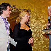 NLD/Amsterdam/20100503 - Perspresentatie Guido's Orchestra , Guido Dieteren en partner Wendy Kokkelkoren nemen hun DVD in ontvangst van omroep Max directeur Jan Slagter