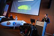 Het Human Power Team Delft en Amsterdam (HPT) en Elan Racing Team presenteren de rijders die in september een poging gaan wagen het wereldrecord mensaangedreven voertuigen te verbreken. Dat staat nu op 133 km/h. Voor HPT gaan Sebastiaan Bowier (midden) en Wil Baselemans (links) rijden, Elan Racing Team heeft Jan Bos, Johanneke Vis en Ellen van Vugt rijden.<br /> <br /> The Human Power Team Delft and Amsterdam (HPT) and Elan Racing Team are presenting the cyclists for the record attempt with human powered vehicles. Sebastiaan Bowier (center) and Wil Baselmans (left) will ride for the HPT, Jan Bos, Ellen van Vugt and Johanneke Vis will ride for the Elan Racing Team.