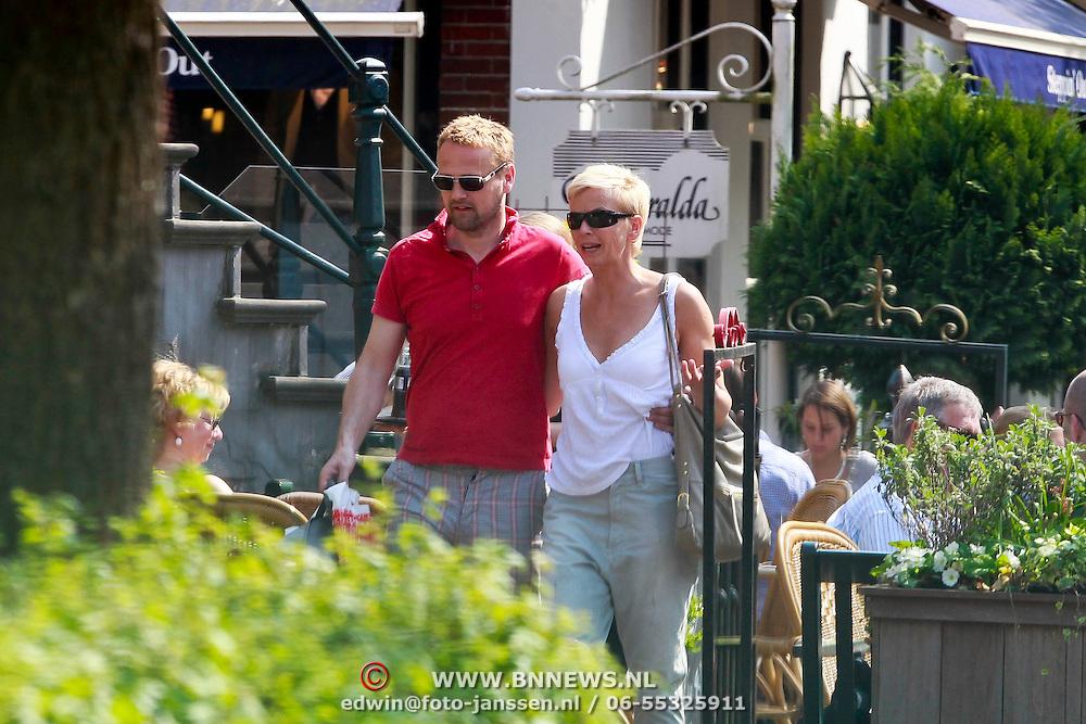 NLD/Laren/20110422 - Anita Witzier en partner michiel Veenstra winkelend in Laren NH,