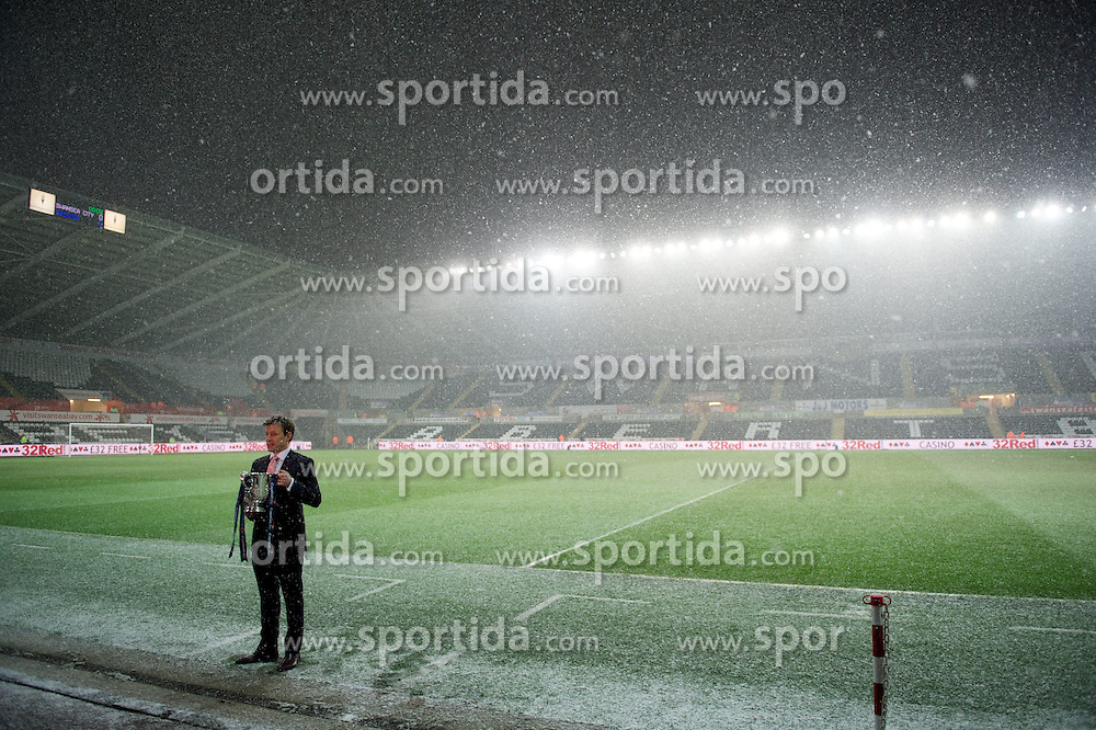23.01.2013, Liberty Stadion, Swansea, ENG, League Cup, Swansea City vs FC Chelsea, Halbfinale, im Bild Sky Sports' Ben Shepherd records a piece to camera in the snow before the Football League Cup Semi Final 2nd Leg match between Swansea City AFC and Chelsea FC at the Liberty Stadium, Swansea, Great Britain on 2013/01/23. EXPA Pictures © 2013, PhotoCredit: EXPA/ Propagandaphoto/ David Rawcliffe..***** ATTENTION - OUT OF ENG, GBR, UK *****