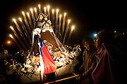 Dos hombres participan en la fiesta religiosa  de La Tirana, realizada en honor a la Virgen del Carmen en el pueblo de La Tirana, ubicado 1.773 kilómetros al noreste de Santiago (Chile). La Tirana, población que cuenta con 600 habitantes, recibe entre 200.000 y 250.000 visitantes durante la semana de celebraciones a la que asisten fieles provenientes de diversas partes de Chile, Perú y Bolivia.