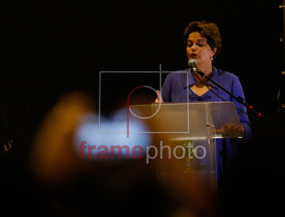 """A ex-presidente Dilma Rousseff dá uma palestra no Hotel Holiday Inn em Natal na noite desta quinta-feira(24). O evento realizado pela Associação dos Docentes da Universidade Federal do Rio Grande do Norte(ADURN), pelo Sindpetro-RN e pela Frente Brasil Popular faz parte do projeto """"Na Trilha da Democracia"""" e tem a intenção de propor um diálogo entre a academia, a sociedade e a política. Foto: Nuno Guimarães/FramePhoto"""
