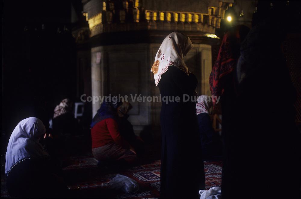 PRAYER AT THE NEW MOSQUE ( WOMEN S PLACE ) , ISTANBUL, EUROPEAN SIDE, TURKEY // La priere dans la salle de prieres des femmes, Mosuqee neuve, ISTANBUL, rive europeenne, Turquie