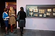 Prinses Maxima is aanwezig bij de  Bijzondere Collecties van de Universiteit van Amsterdam voor de tentoonstelling van 1001 Vrouwen. De prinses zal een postzegelvel van 1001 Vrouwen in ontvangst nemen. PostNL brengt het vel uit ter gelegenheid van de tentoonstelling 1001 Vrouwen en bevat tien postzegels met daarop portretten van opmerkelijke vrouwen uit de Nederlandse geschiedenis. <br /> <br /> Princess Maxima is available in the Special Collections of the University of Amsterdam for the exhibition of 1001 Women. The princess will stamp of 1001 Women receive. TNT brings the sheet on the occasion of the exhibition Women in 1001 and contains ten stamps showing portraits of notable women in Dutch history.<br /> <br /> Op de foto / On the photo:  Prinses Maxima met het boek 1001 Vrouwen tijdens de gelijknamige tentoonstelling /// Princess Maxima at the the exhibition 1001 woman