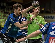 HÅNDBOLD: Simon Birkefeldt (TTH Holstebro) har godt fat i Johan Meklenborg (Nordsjælland) under kampen i 888-Ligaen mellem Nordsjælland Håndbold og TTH Holstebro den 28. marts 2018 i Helsingør Hallen. Foto: Claus Birch.