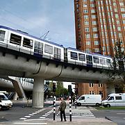 Nederland Den Haag 16 september 2008 20080916 Foto: David Rozing ..Randstadrail ter hoogte van Beatrixkwartier Prinsenhof, voetganger wacht op rode verkeerslicht