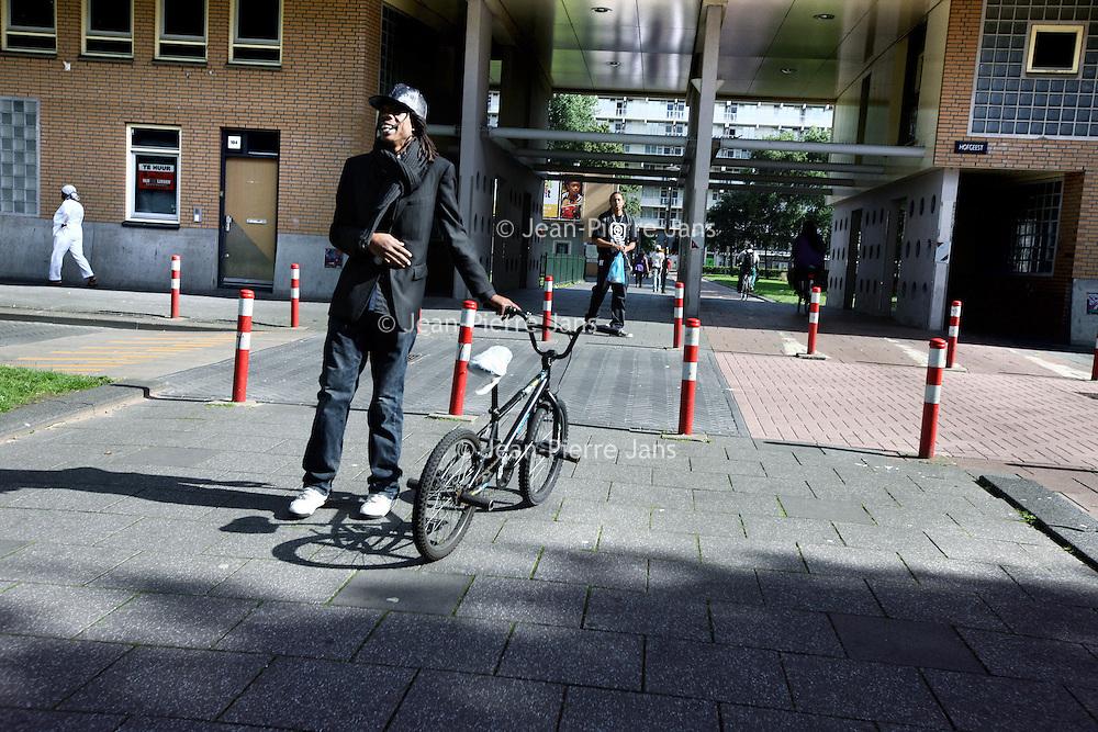 Nederland, Amsterdam Zuid Oost , 11 augustus 2010..De directe woonomgeving van journaliste Else Lenselink  de Bijlmer in Amsterdam Zuid Oost, met op de achtergrond haar flat Hogevecht...The multicultural district Bijlmer in Amsterdam.