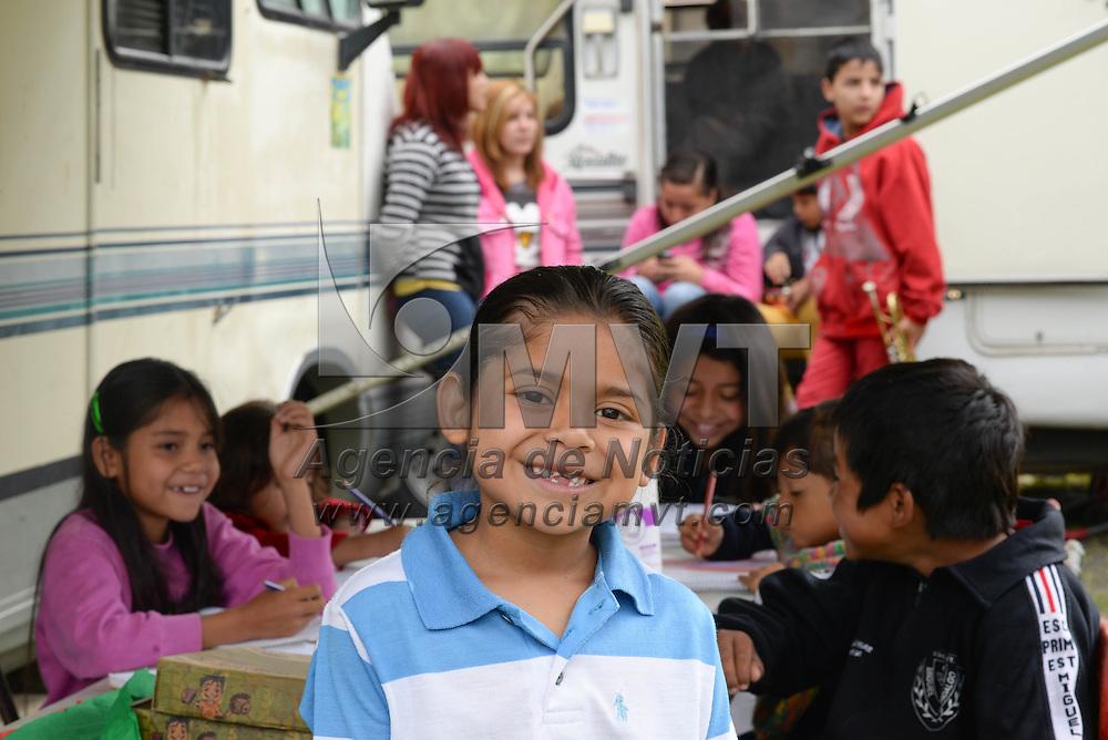 TIANGUISNTENCO, Mexico.- Hector Huerta Davila, instructor comunitario del Consejo Nacional para el Fomento Educativo (Conafe) instruye, desde hace dos años, a siete niños de primaria y 5 de secundaria, hijos de los artistas del circo Africa que se encuentra instalado en el Estado de Mexico, antes recorrio los estados de Queretaro, Hidalgo y Puebla. Este programa del gobierno federal atiende desde hace 15 años a la poblacion nomada de los circos que recorren la geografia nacional. Agencia MVT / Mario Vazquez de la Torre.