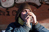 Der 26-Jährige lebt<br />seit drei Jahren auf der Straße, zurzeit schläft er mit einer<br />Gruppe von rund acht Obdachlosen unter der Kersten-Miles-<br />Brücke an den Landungsbrücken – auch bei 15 Grad minus.