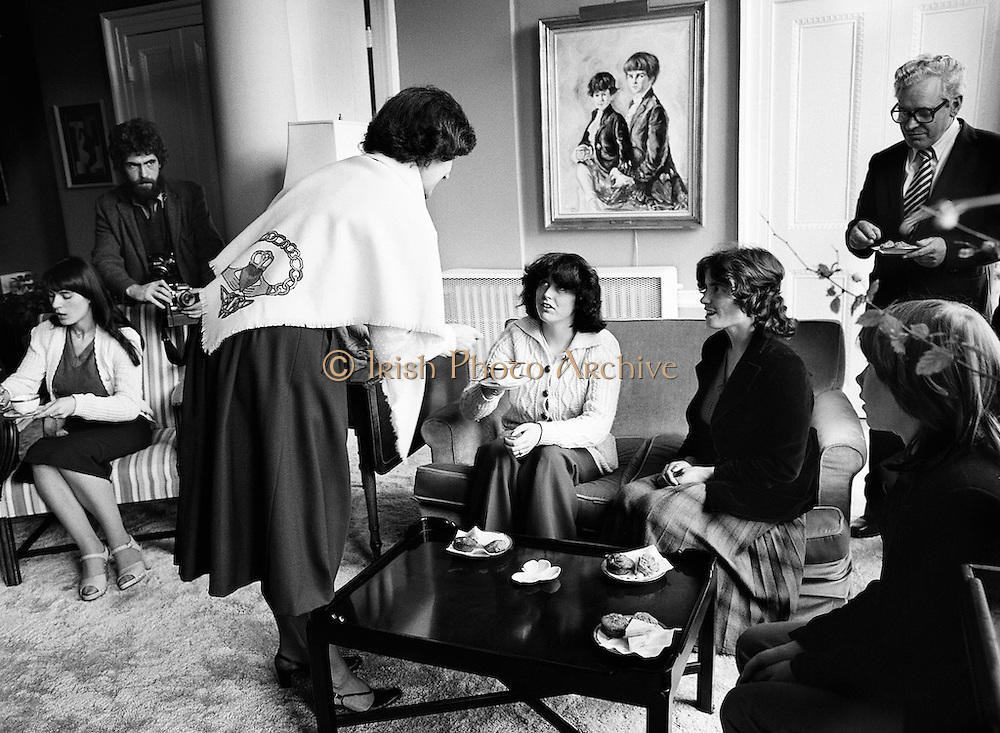 Mrs William Shannon, wife of the American Ambassador to Ireland (centre, wearing a Galway shawl), hosts a group of Galway travelling people for afternoon tea at her residence in the Phoenix Park, Dublin. Included are Rose Corcoran, Ann Sherlock, Brigid McDonagh and Ann Ward.<br /> 1 April 1981