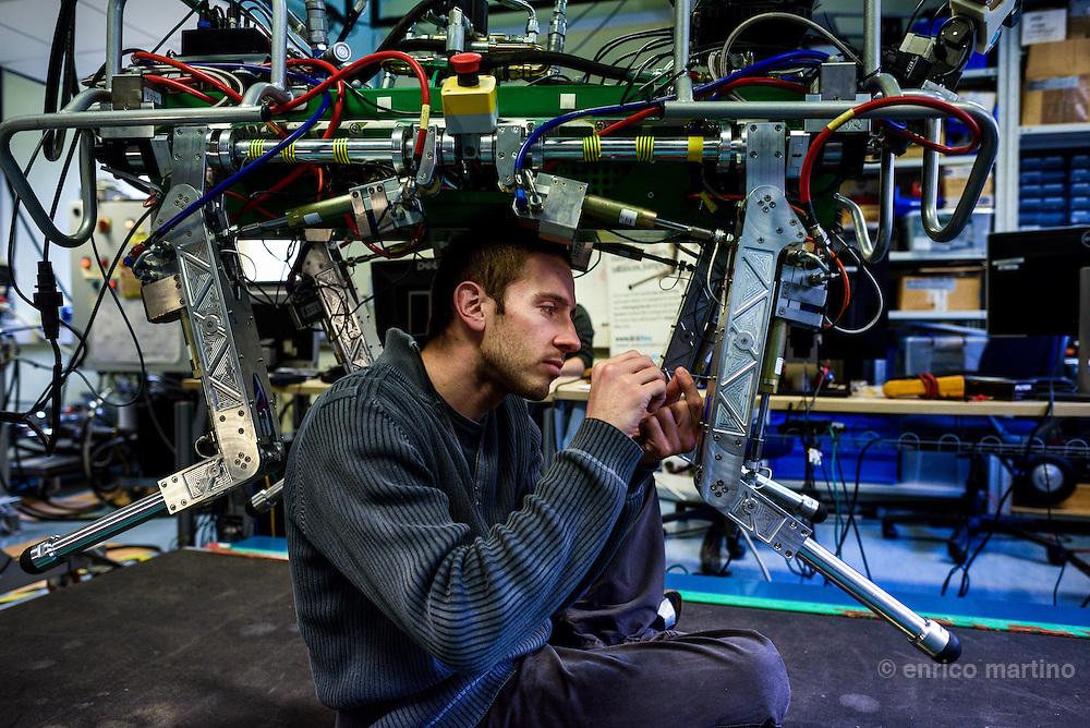 Genoa- Istituto Italiano di Tecnologia. Robotics.   Sx Marco Frigerio,  System Lab, Hydraulically Actuated Quadruped (HyQ)