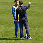 NLD/Katwijk/20100831 - Training Nederlands Elftal kwalificatie EK 2012, Gregory van der Wiel in gesprek met Frank de Boer