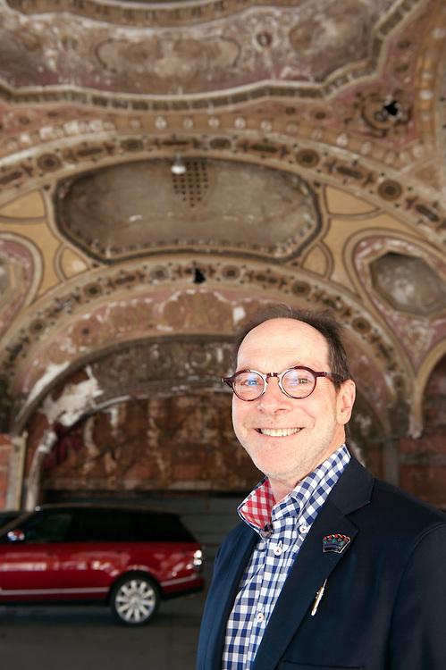 Der Industrielle und Kunstsammler/Gallerist Gary Wasserman in der verfallenen Michigan Theatre (vormals ein Theater) Autoparkgarage in der Innenstadt von Detroit. Hinter ihm sein roter Range Rover.<br /> (Eminem appeared in the Michigan Theatre parking garage in the 2002 film 8 Mile.)<br /> <br /> Art in Detroit 2013<br /> &copy; Stefan Falke<br /> www.stefanfalke.com