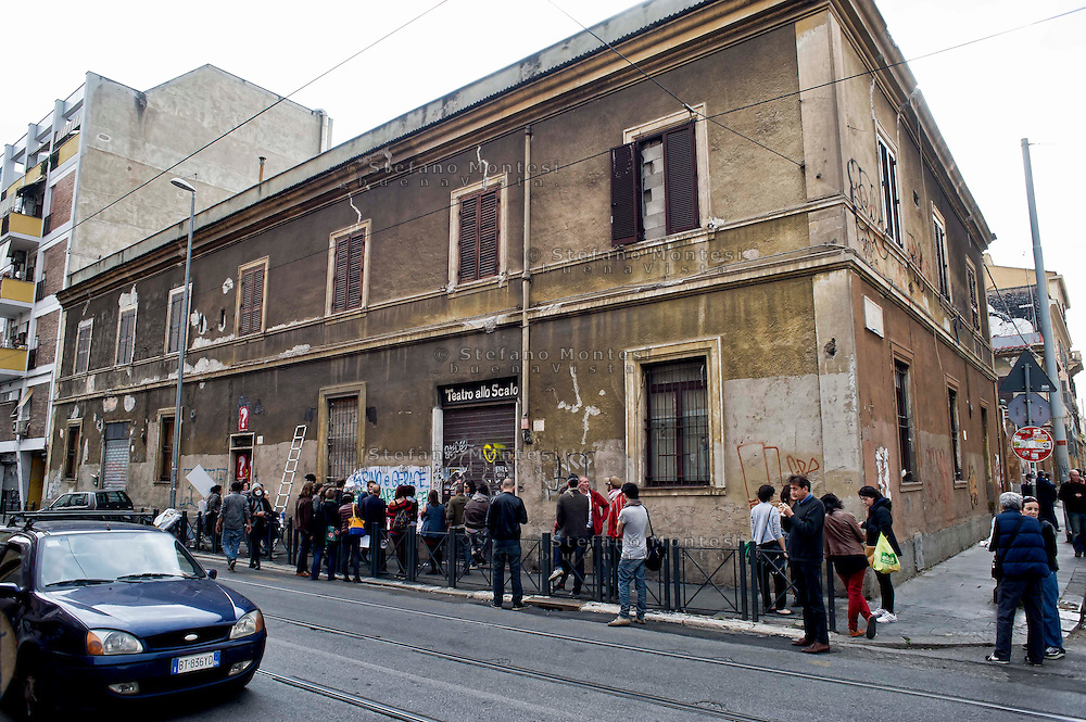 Roma 16 Maggio 2014<br /> Protesta dei cittadini del quartiere San Lorenzo per la demolizione dell'ex fonderia Bastianelli, dove verranno costruite abitazioni e negozi. I cittadini protestano per  le polveri che si alzano dal cantiere e che avvolgono i palazzi vicini, e per  le vibrazioni dovute  al lavoro delle ruspe.<br /> Rome May 16, 2014 <br /> Protest of the citizens of the San Lorenzo district for the demolition of the former foundry Bastianelli, where will be built homes and shops. Citizens protest for dust which rise from the construction site and wraps the neighboring buildings, and the vibrations due to the work of the bulldozers.