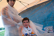 Jan Bos wordt warm gehouden door George. HPT Delft en Amsterdam is in Senftenberg voor de recordpogingen op de Dekra baan.<br />