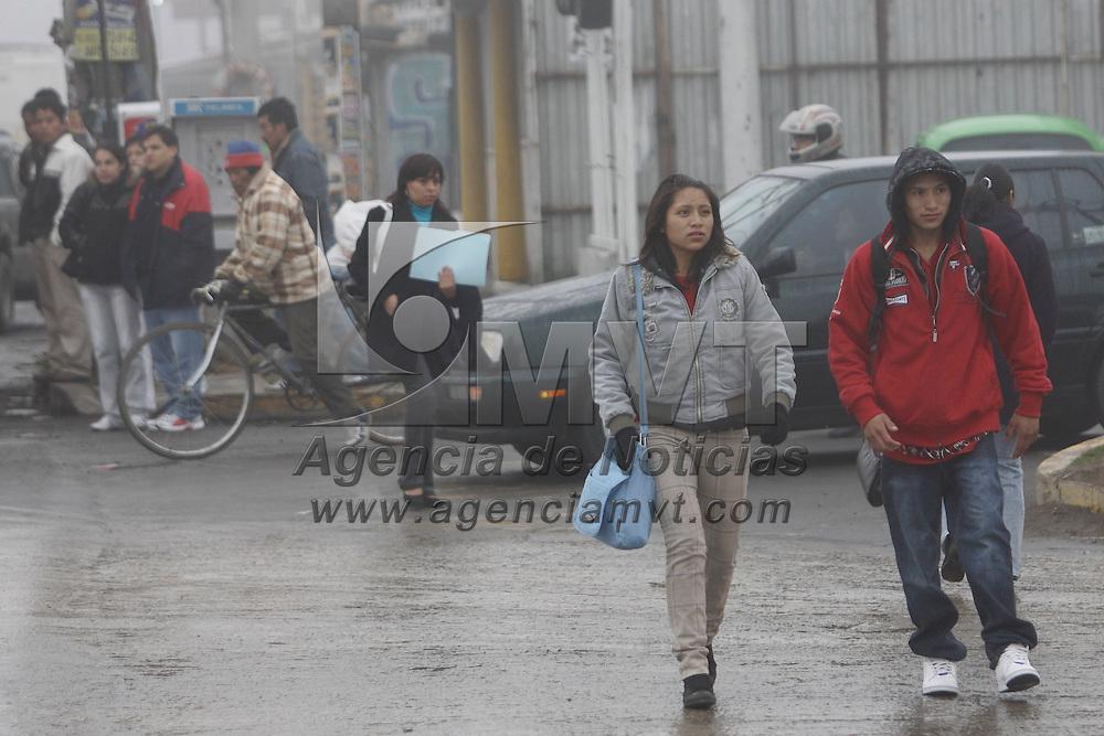 TOLUCA, México.- Los habitantes del Valle de Toluca tuvieron que sacar sus prendas abrigadoras debido a las  bajas temperaturas que se han registrado en los últimos dias. Agencia MVT / Crisanta Espinosa. (DIGITAL)