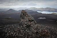 A lava boulder that looks like a Troll on Mount Breidbakur, lake Langisjor in background. Steinþurs á Breiðbak, Langisjór í baksýn.