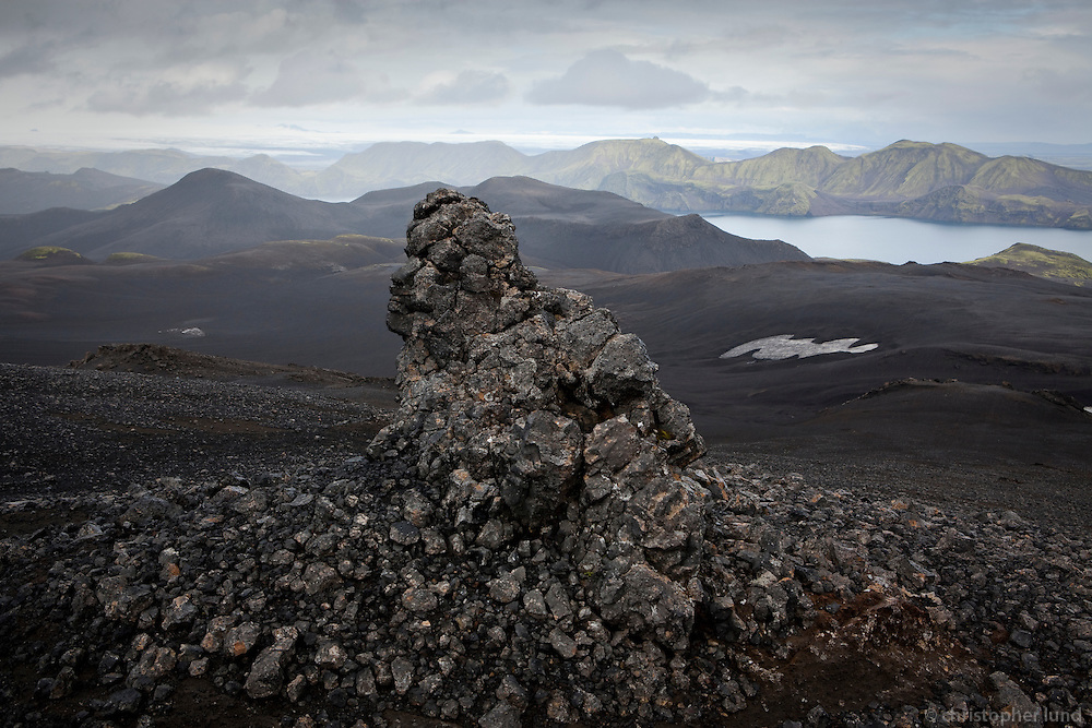 A lava boulder that looks like a Troll on Mount Breidbakur, lake Langisjor in background. Steinþurs á Breiðbak, Langisjór í baksýn.
