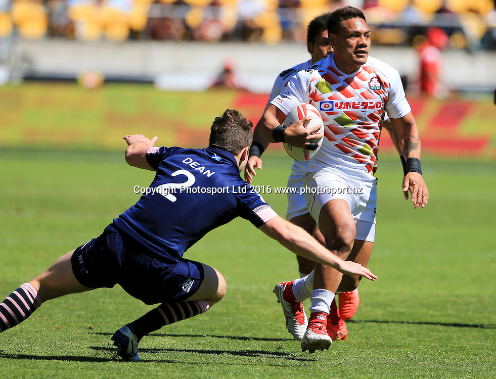 Japan's Lomano Lemeki makes a break against Scotland, Finals Day, HSBC World Sevens Series, Westpac Stadium, Wellington, New Zealand. Sunday, 31 January, 2016. Copyright photo: John Cowpland / www.photosport.nz