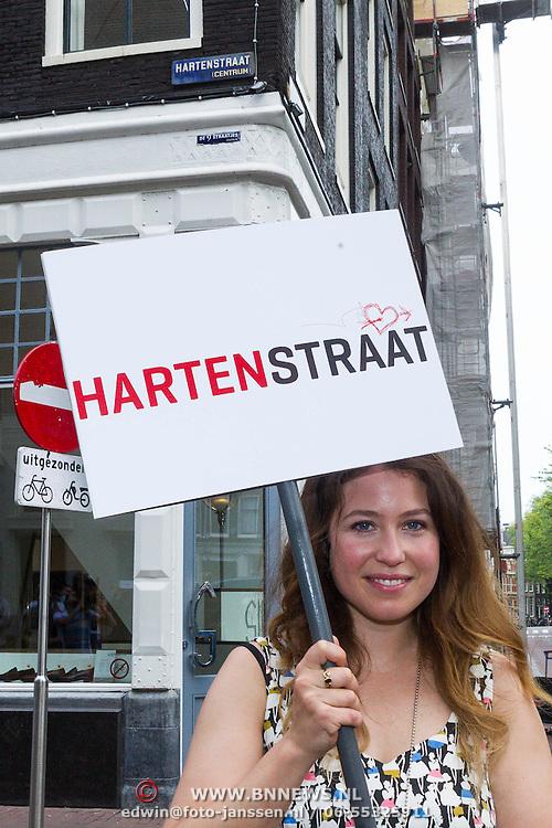 NLD/Amsterdam/20130906 - Perspresentatie cast Hartenstraat, Sanne Vogel met straatbord