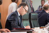 29 AUG 2018, BERLIN/GERMANY:<br /> Heiko Maas, SPD, Bundesaussenminister, schreibt in seine Unterlagen, vor Beginn der Kabinettsitzung, Bundeskanzleramt<br /> IMAGE: 20180829-01-025<br /> KEYWORDS: Kabinett, Sitzung, schreiben