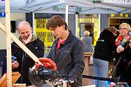 ZALTBOMMEL - Midden op de Markt in Zaltbommel staat de Eigen Huis & Tuin Klus Container. Met hier op de foto  Lodewijk Hoekstra. FOTO LEVIN DEN BOER - PERSFOTO.NU