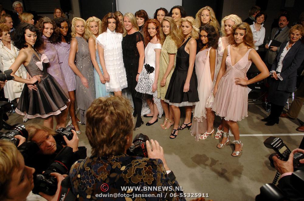 NLD/Amsterdam/20070307 - Modeshow Monique Collignon voorjaar 2007, groepsfoto met oa geheel links model Daisy van Velzen