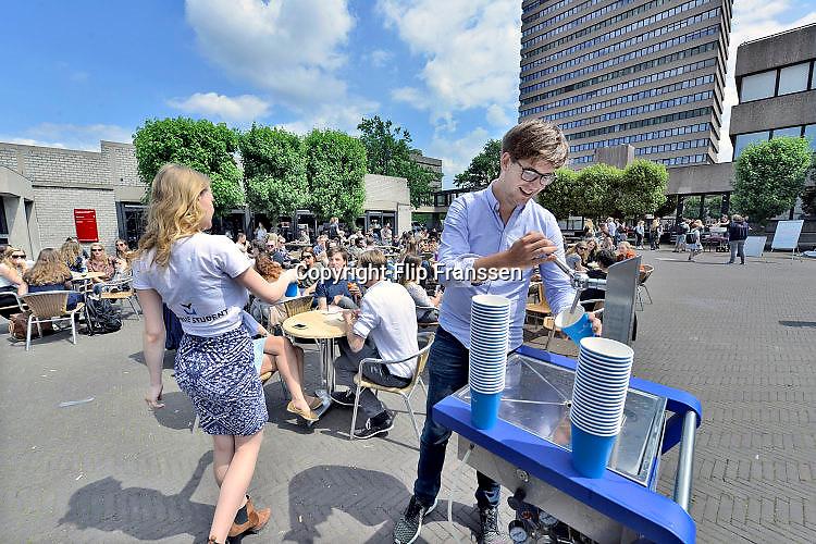 Nederland, Nijmegen, 31-5-2017Op de Campus van de Radboud Universiteit schenken studenten van De Vrije Student een biertje als protest tegen de inperking van bierverkoop. De aktie wordt gehouden ihkv de verkiezingen voor de studentenraad.Foto: Flip Franssen