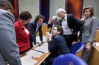 Nederland. Den Haag, 13 januari 2010.<br /> DEBAT TWEEDE KAMER INZAKE RAPPORT COMMISSIE DAVIDS. PvdA fractie in overleg tijdens een schorsing. v.l.n.r: leerdam, hamer, van dam, samsom, dijsselbloem, heijnen en eijsink.<br /> Het kabinet erkent dat met de kennis van nu een beter volkenrechtelijk mandaat nodig was geweest voor de inval in Irak. Dat schrijft premier Balkenende in een brief aan de Tweede Kamer. Daarmee werd gisteren een kabinetscrisis afgewend.<br /> Gisteren nam Balkenende nog afstand van de passage over het mandaat in het rapport van de commissie-Davids.<br /> Foto Martijn Beekman
