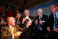 Nederland. Hilversum, 24 februari 2002. <br />Presentatie kandidaten landelije verkiezingen Leefbaar Nederland. Zakenman en bestuurslid Willem van Kooten moet maar een rondje geven, zei Jan Nagel. LN staat rood bij de bank. Na afloop van de presentatie biedt van kooten spontaan een glas water aan. Van rechts naar links: Jef Burger, Gosse Bootsma, Tjerk Westerterp, Maurice Koopman en Willem van Kooten.<br />Boerenleider Wien van den    <br />Brink heeft zich teruggetrokken als    <br />kandidaat voor Leefbaar Nederland.Van  <br />den Brink vond dat de partij hem op een<br />te lage plaats heeft gezet,hoewel niet <br /> bekend is welke.Op 10 maart wijst het  <br />partijcongres de nieuwe lijsttrekker   <br />aan.                                   <br />                                                                                        <br />Bij de eerste 20 kandidaten prijken de <br />namen van oud-minister Westerterp,     <br /> officier van justitie Teeven en Rabella<br />de Faria,de Zwarte Zakenvrouw van 2001.<br />Vanochtend werd bekend LN rood staat.De<br />rechter beslist of LN campagnegeld moet<br /> terugbetalen aan zakenman Harry Mens,na<br />het vertrek van lijsttrekker Fortuyn.<br />Foto Martijn Beekman