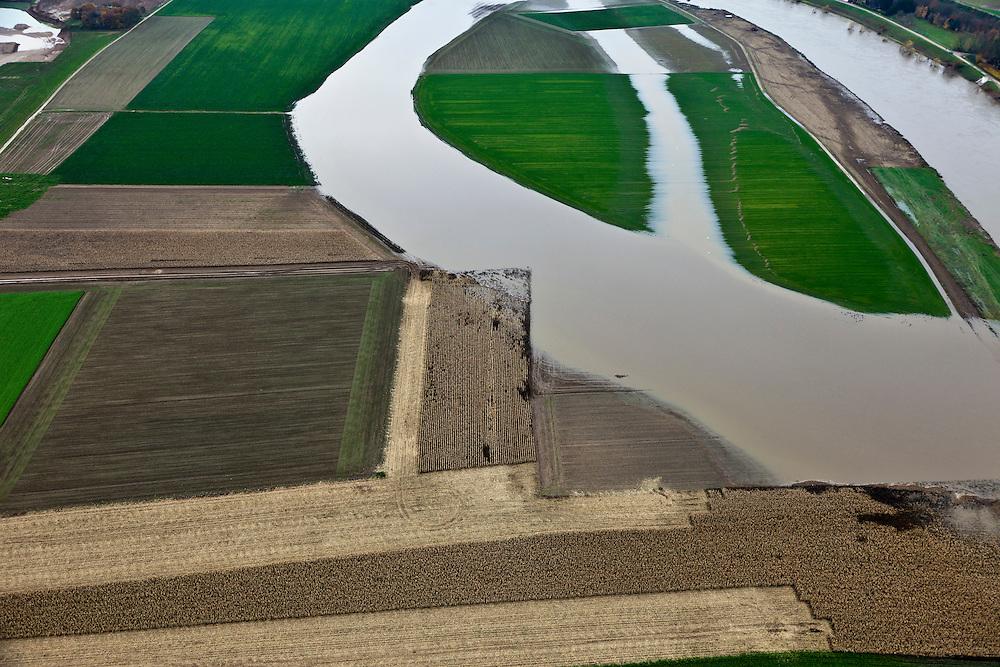 Nederland, Limburg, gemeente Maastricht, 15-11-2010. Daalderveld en Hooge Maas ten Noorden van Borgharen, bij hoogwater. De Maas vormt de grens met Belgie (rechts). De Grensmaas treedt bij hoogwater buiten zijn oevers en het water wordt ook via de uiterwaarden stroomafwaarts afgevoerd. In het kader van het Grensmaasproject zullen de uiterwaarden (weerden) ten westen en ten noorden van het dorp afgegraven worden, de stroomgeul moet verbreed..Maas (Meuse) overflowing its banks, using the floodplains to flow downstream .Since the floods in the 90s, dikes have been build around village. Under the Grensmaas (Border Meuse) project, the Meuse floodplains (wards) north of the village have to be further excavated and the flow channel of the Meuse will be broadened.luchtfoto (toeslag), aerial photo (additional fee required).foto/photo Siebe Swart