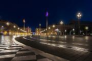 Place Massena à l'Aube avec les statues illuminées de l'artiste Jaume Plensa //  Place Massena at dawn with luminous statues made by artiste Jaume Plensa