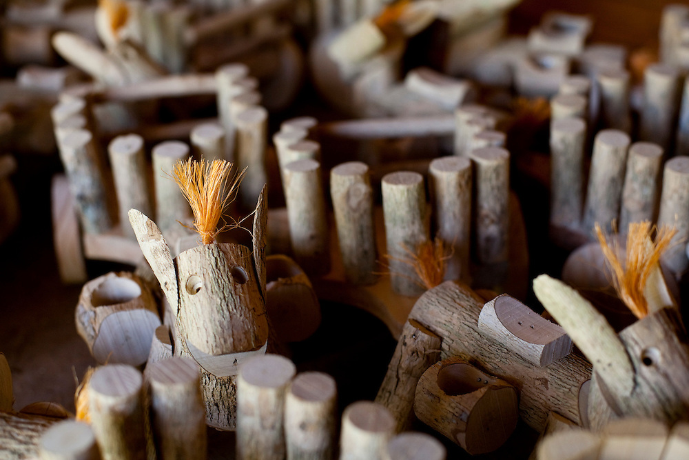 Venda Nova do Imigrante_ES, Brasil...Artesanato em madeira de cafe...Coffee wood crafts...Foto: LEO DRUMOND / NITRO