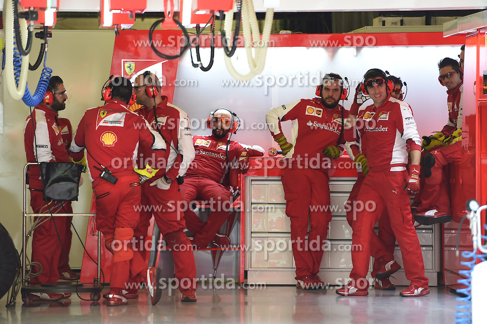 28.02.2015, Circuit de Catalunya, Barcelona, ESP, FIA, Formel 1, Testfahrten, Barcelona, Tag 3, im Bild Ferrari mechanics in the garage // during the Formula One Testdrives, day three at the Circuit de Catalunya in Barcelona, Spain on 2015/02/28. EXPA Pictures &copy; 2015, PhotoCredit: EXPA/ Sutton Images/ Mark Images<br /> <br /> *****ATTENTION - for AUT, SLO, CRO, SRB, BIH, MAZ only*****